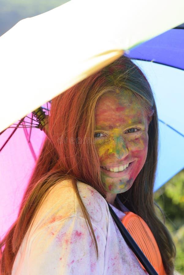 Regnb?gefrisyrer positivt gladlynt barn med id?rik kroppkonst färgrik målarfärgmakeup Lyckligt ungdomparti optimist royaltyfria bilder