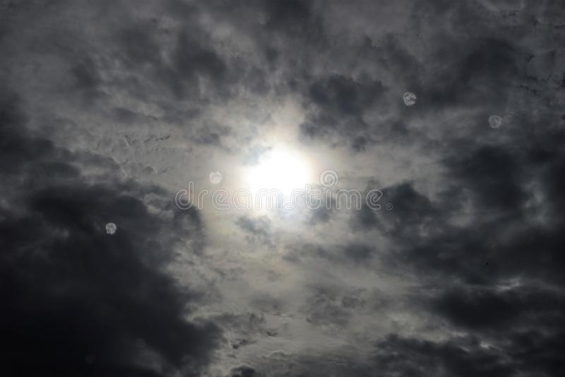 Regndroppar på det glass fönstret och den svarta himlen royaltyfri foto