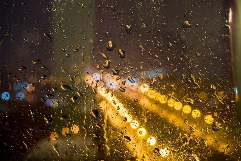 Regndroppar på fönster på natten royaltyfri fotografi