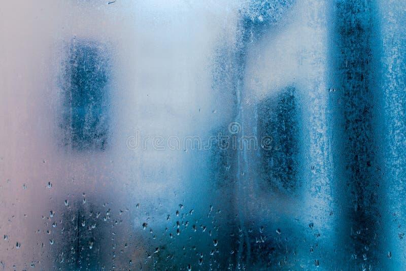 Regndroppe i fönster kopiera avstånd arkivbilder
