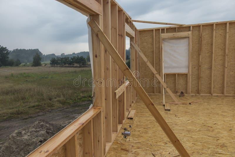 Regnen Sie beim Errichten eines Hauses in der skeleton Technologie stockfotografie