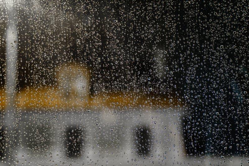 Download Regnen Sie Tropfen stockbild. Bild von bunt, unten, hebemaschine - 47100775