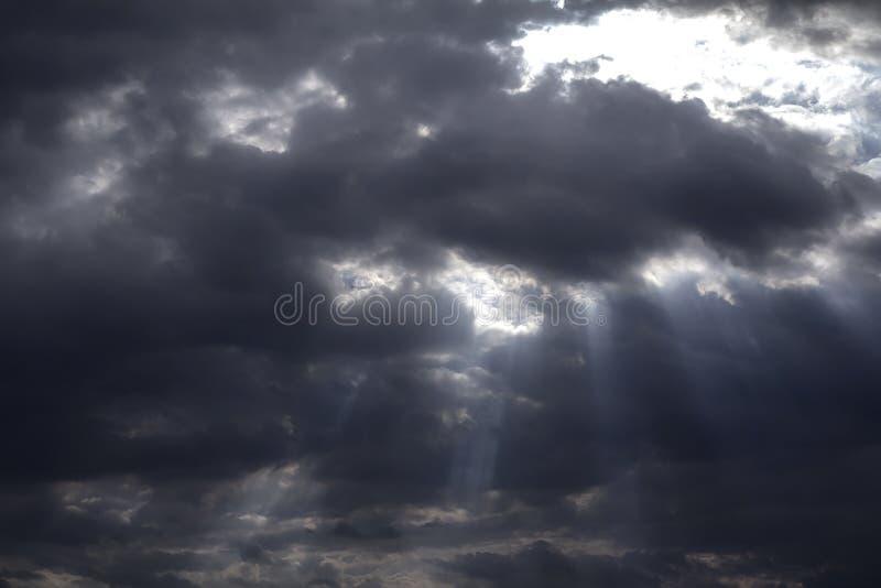 Regnerisch und stürmisch in den dunklen Wolken stockfotos