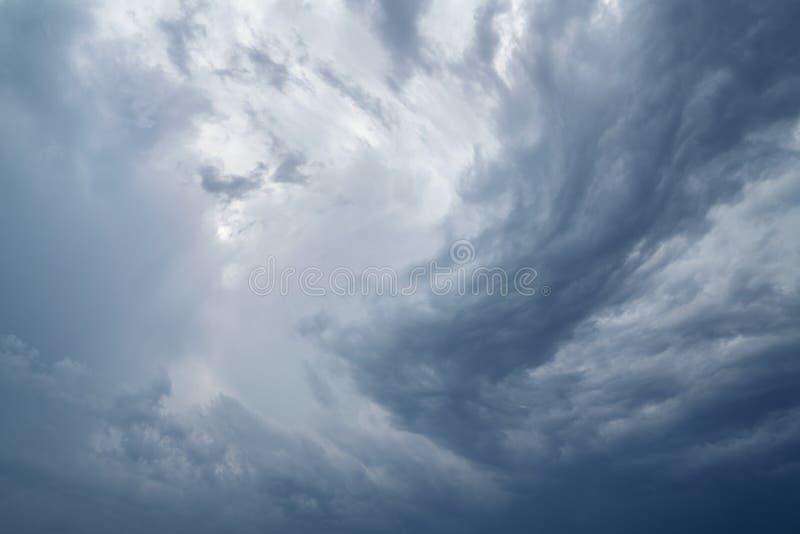 Regnerisch und stürmisch im dunklen Wolkenschatten machen Sie Himmel im Schwarzen Der Regen kommt bald stockbilder