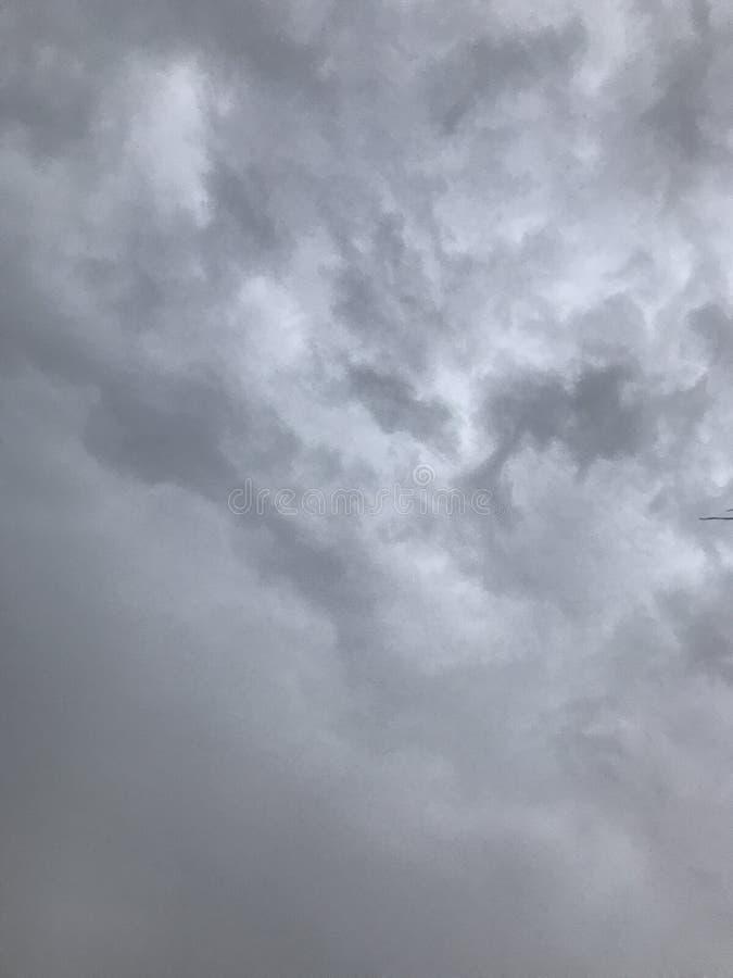 Regnerische graue Wolken an einem heißen Sommertag lizenzfreies stockfoto