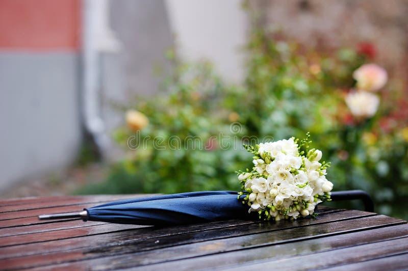 Regnerische Hochzeit lizenzfreie stockbilder