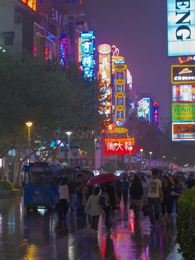 Regnerische Nächte Shanghia stockbilder