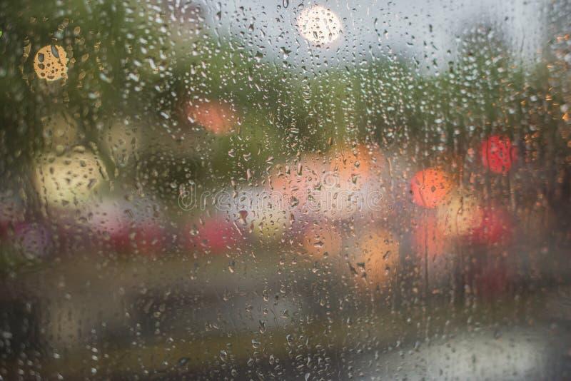 Regnerische Nacht, Licht außerhalb des Busfensters stockfotografie