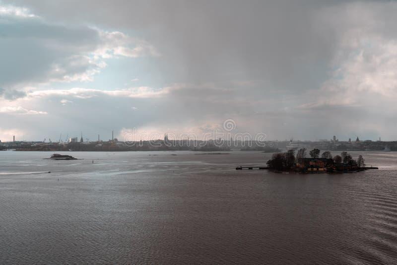 Regnerische Skyline von Helsinki mit Lonna-Insel in der Front und im hinteren Mitgliedstaat Gabriella lizenzfreies stockfoto