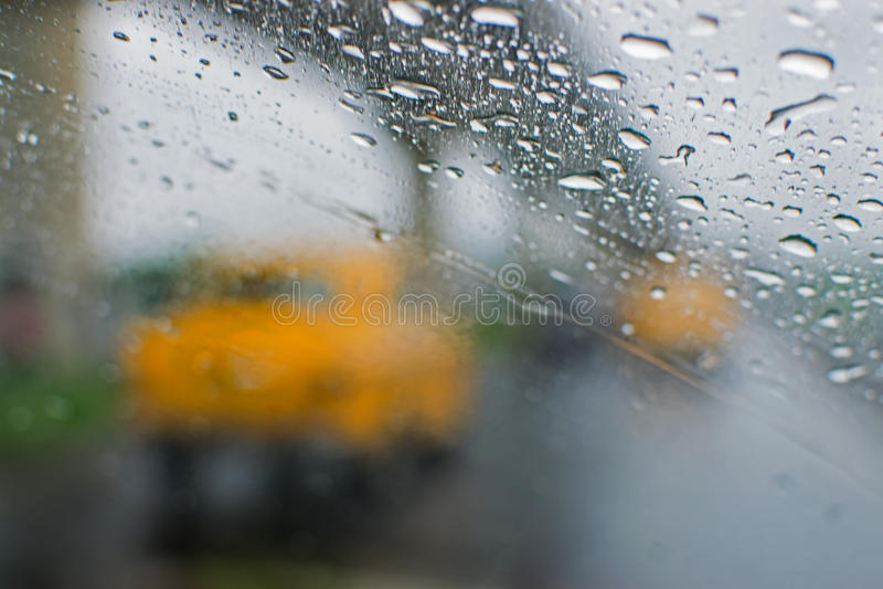 Regnerische Straße von Kolkata, Westbengalen, Indien stockbilder