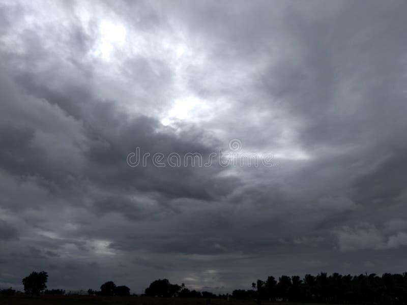 Regnerische Wolken lizenzfreies stockfoto