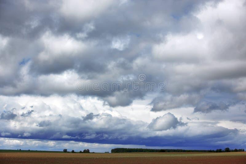 Regnerischer Himmel lizenzfreie stockbilder