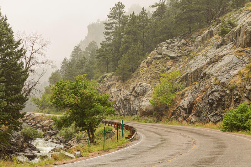 Regnerischer Misty Boulder Creek- und Boulder-Schlucht-Antrieb lizenzfreies stockbild
