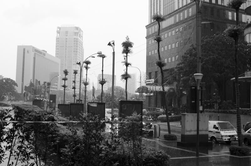 Regnerischer Straßentag in Asien stockfotos