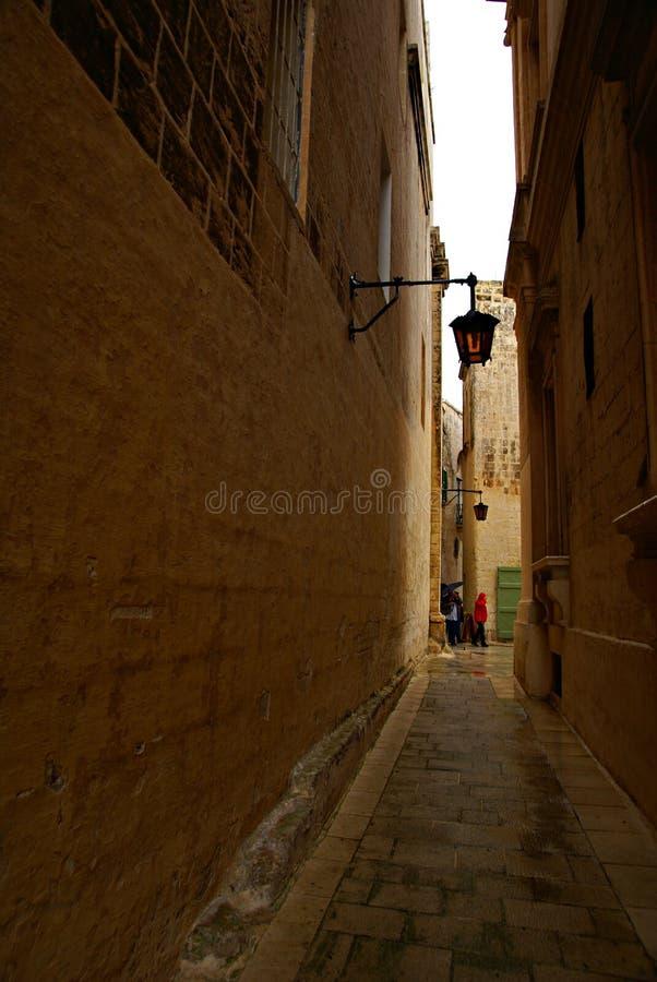 Regnerischer Tag auf der alten schmalen Straße in Mdina - stille Stadt lizenzfreie stockfotos