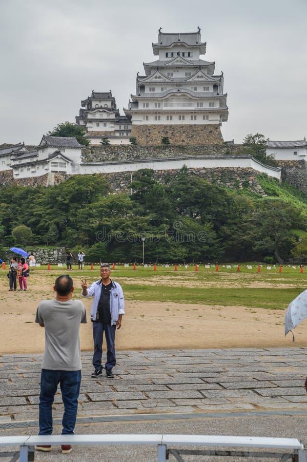 Regnerischer Tag für Touristen an Himeji-Schloss Japan 2015 lizenzfreie stockfotos