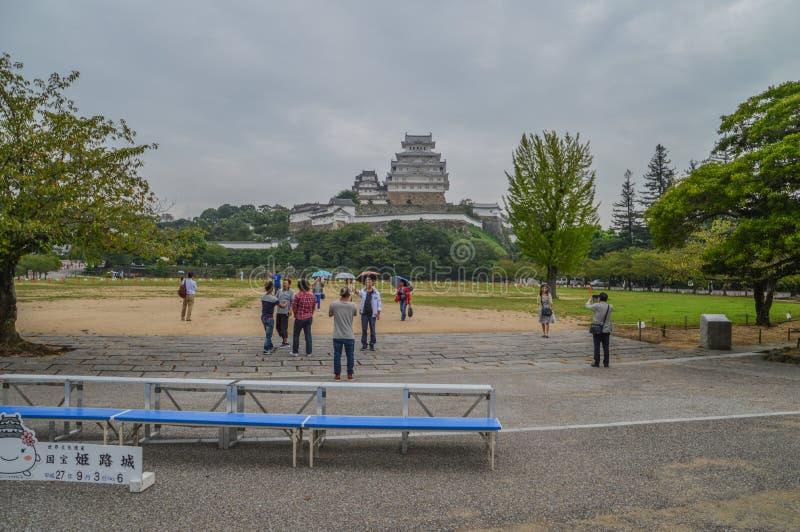 Regnerischer Tag für Touristen an Himeji-Schloss Japan 2015 stockfotografie