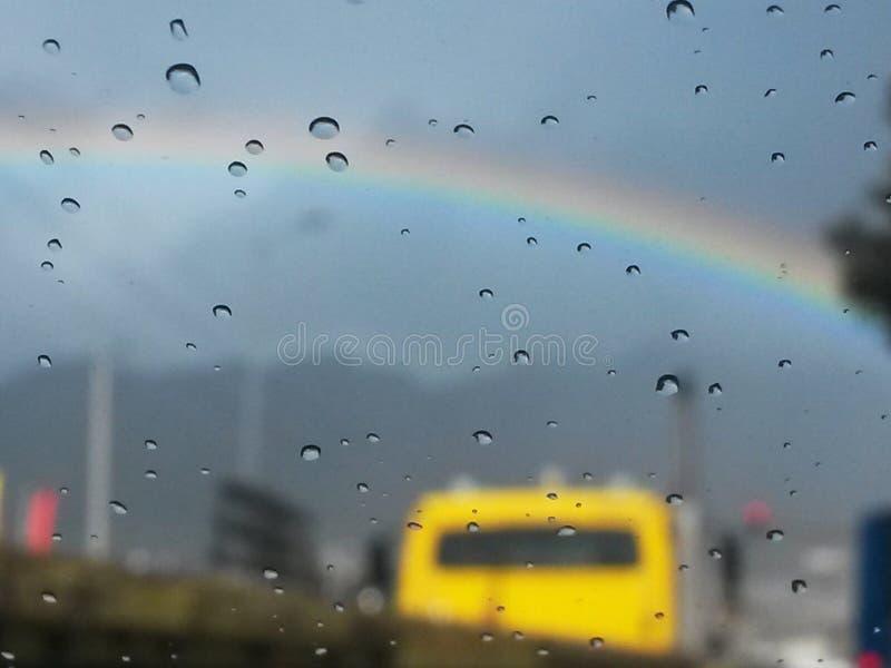 Regnerischer Tag mit Regenbogen im Hintergrund lizenzfreie stockfotos