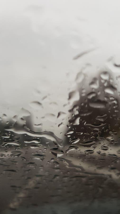 Regnerischer Tag und eine regnerische Weise stockfotos