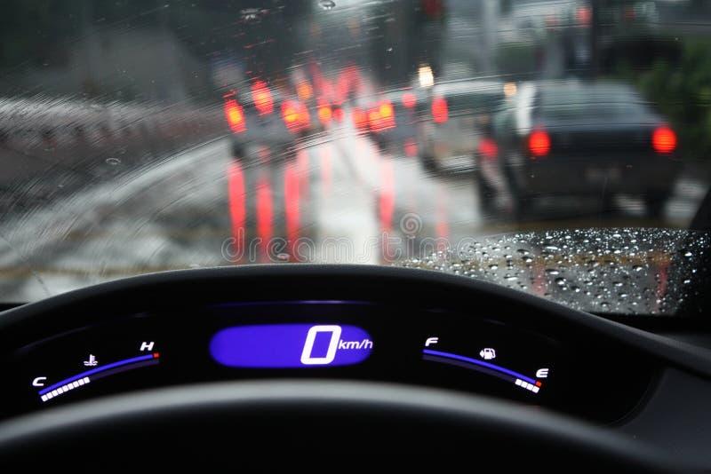 Regnerischer Tageshauptverkehrszeit-Verkehrsstockung