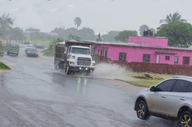 Regnerischer Tagesreise auf nasser Straße stockfoto