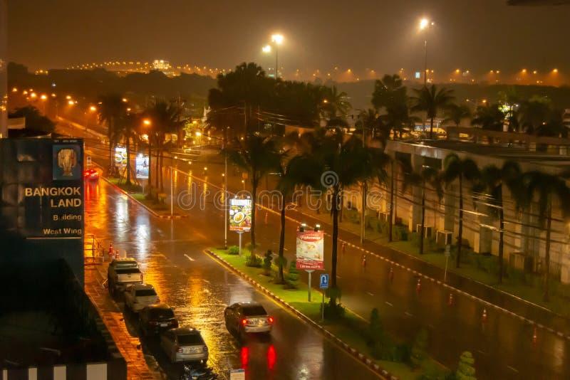 Regnet var tungt på stadsgator på natten, den Muang läderremmen Thani arkivbilder