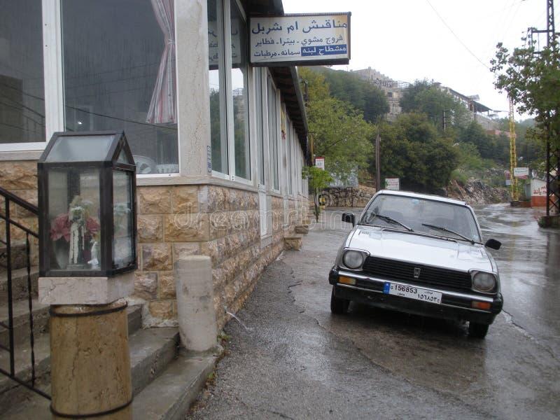 Regnig dag i en libanesisk bergstad arkivfoton