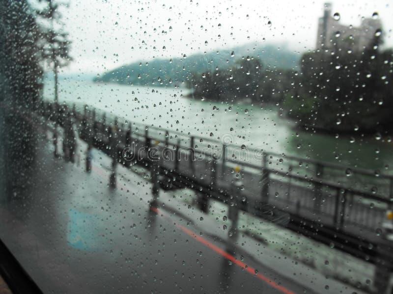 Regnig dag på förortvägen av Taipei royaltyfri bild