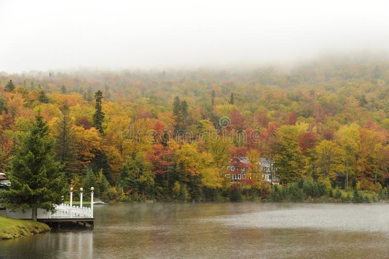 Regnig dag på sjön Gloriette fotografering för bildbyråer