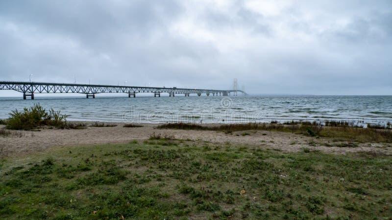 Regnig morgon för Mackinac bro royaltyfri bild