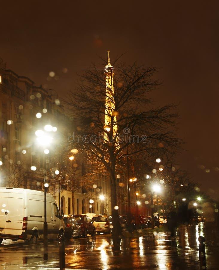 Regnig natt i Paris arkivbild
