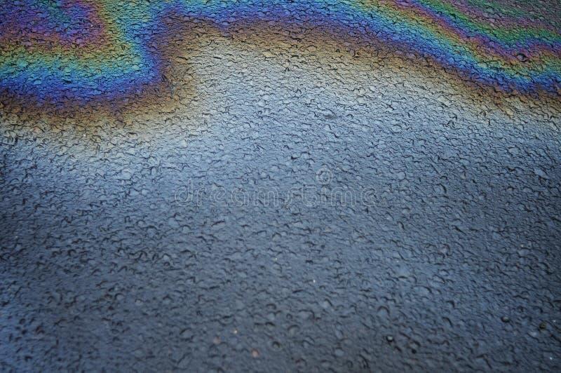 Regnig oljaregnbågegata royaltyfria bilder