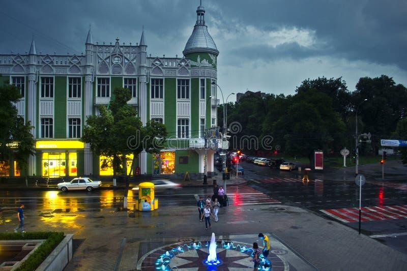 Regnig provinsiell stad arkivfoton