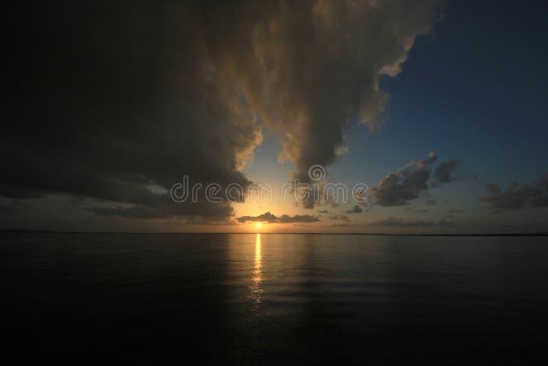 Regnig soluppgång i kortljudet, Florida royaltyfri foto
