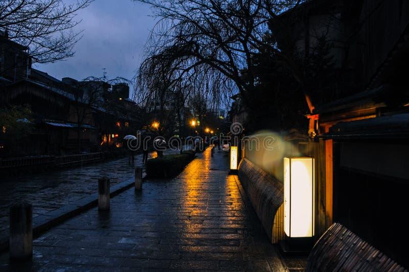 Regnig streetscape av Kyoto, Japan fotografering för bildbyråer