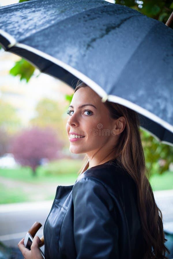 Regnigt i staden arkivbilder