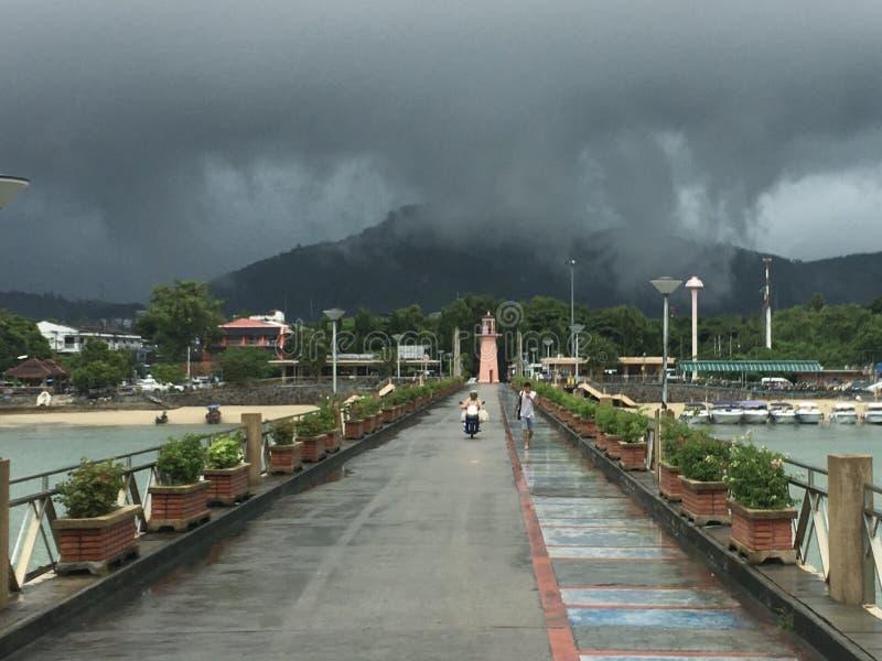 Regnmoln över chalong royaltyfri bild