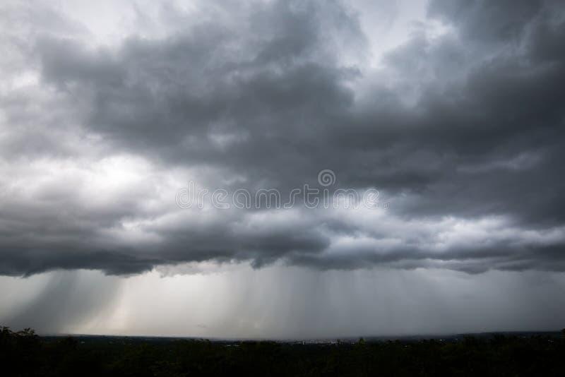 Regnmoln och dyster himmel i svartvitt royaltyfri fotografi