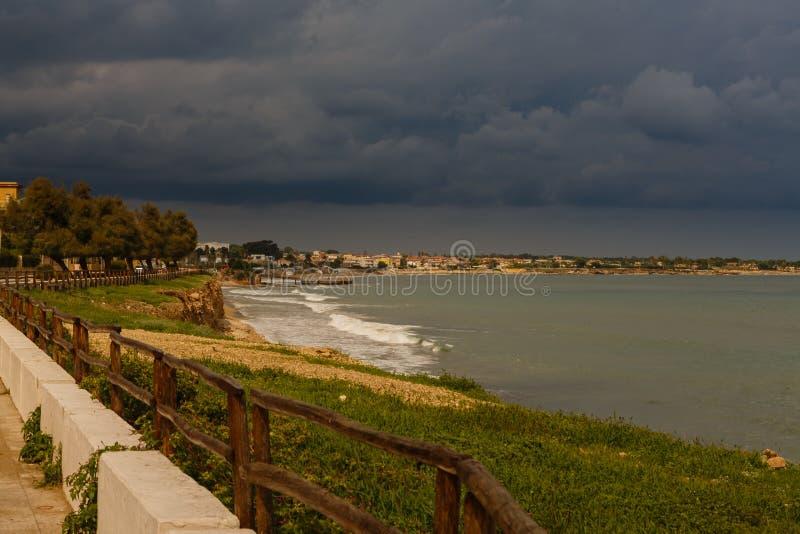 Regnmoln på havet på den sydostliga kusten av Sicilien royaltyfri bild