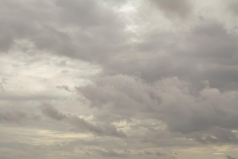 Regnmoln på himlen, mörkt moln, regnmoln som är stormigt för rommar arkivbilder