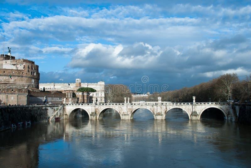 Regnmoln under den Tiber flod- och broPonte Sant `en Angelo nära av Castel Sant Angelo, Roma, Italien, Februari 2018 Vatten royaltyfri foto