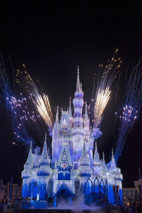 Regno magico Cinderella Castle Blue e fuochi d'artificio Orland di porpora immagine stock libera da diritti