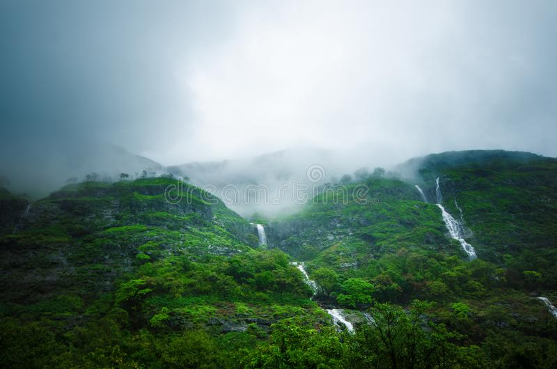 Regnskog i en mitt av Indien Härlig grön skog med regn Vattenfall och fantastisk sikt från vägen royaltyfri foto