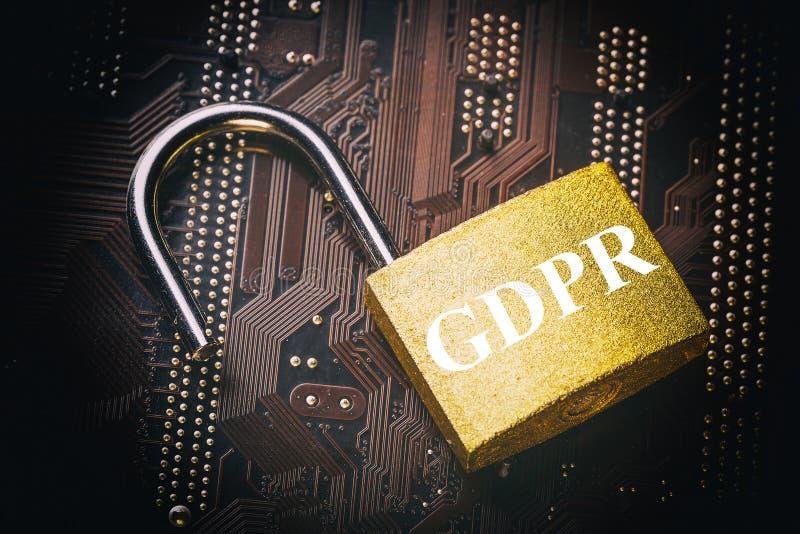Regolamento generale GDPR di protezione dei dati - padlock sulla scheda madre e sulla tastiera del computer Sicurezza dell'inform immagine stock
