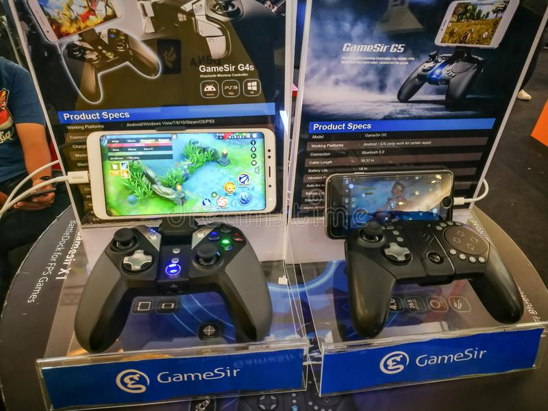 Regolatore di gioco G4s e G5 di Gamesir ultimo per il collegamento al gioco del telefono cellulare, visualizzante all'evento del  fotografia stock