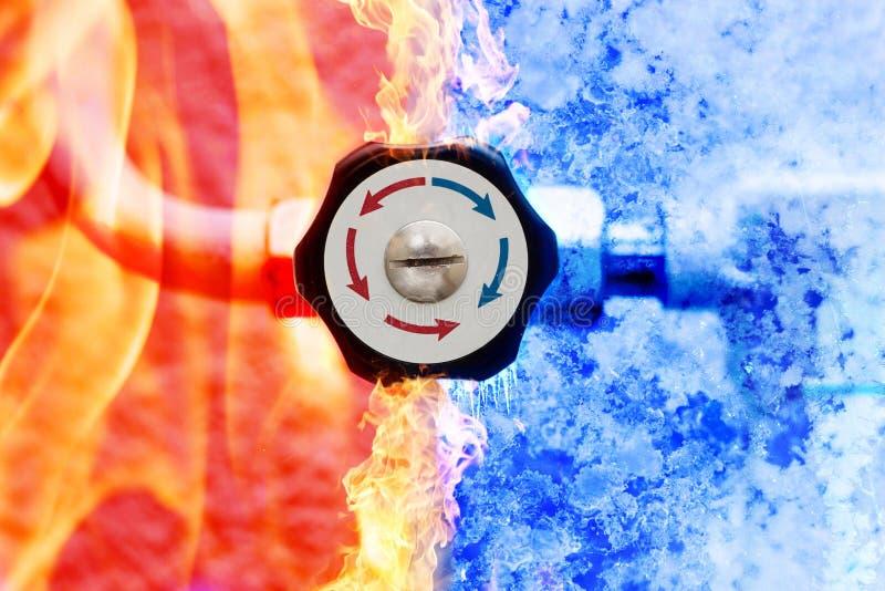 Regolatore manuale del riscaldamento con le frecce rosse e blu nel fondo del ghiaccio e del fuoco fotografia stock