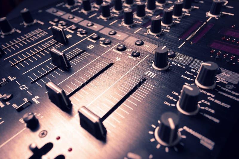 Regolatore nero del tecnico del suono fotografia stock