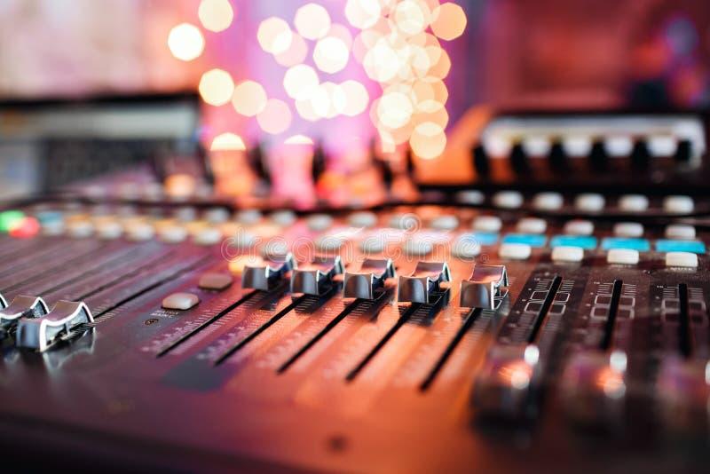 Regolatori del Od e bottoni rossi di una console di miscelazione È usato affinchè le modifiche dei segnali audio raggiunga deside immagini stock