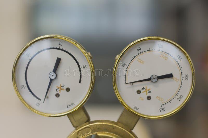 Regolatori di pressione del gas in un'apparecchiatura di analisi del laboratorio immagine stock libera da diritti
