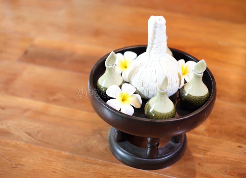 Regolazione della crema e dell'olio di massaggio della stazione termale immagine stock